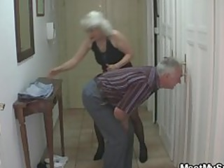 man caught his girlfriend with his older mamma